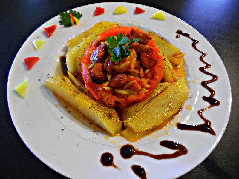 Ντομάτες γεμιστές με κριθαράκι και λουκάνικο