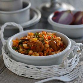 Φασόλια χάντρες με πιπεριές και λουκάνικο με πράσο στον φούρνο